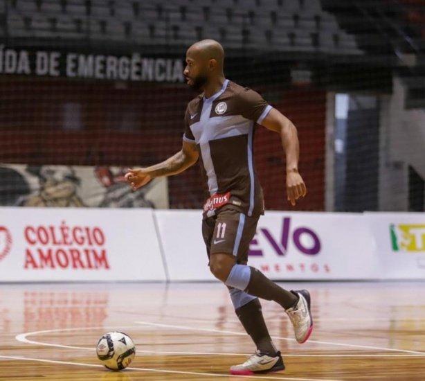 Henrique sofre ruptura no ligamento e está fora da temporada de futsal do Corinthians