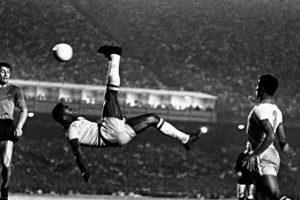 Foto da bicicleta de Pelé em jogo no Maracanã será leiloada; lance mínimo é de US$ 1 milhão. Entenda!