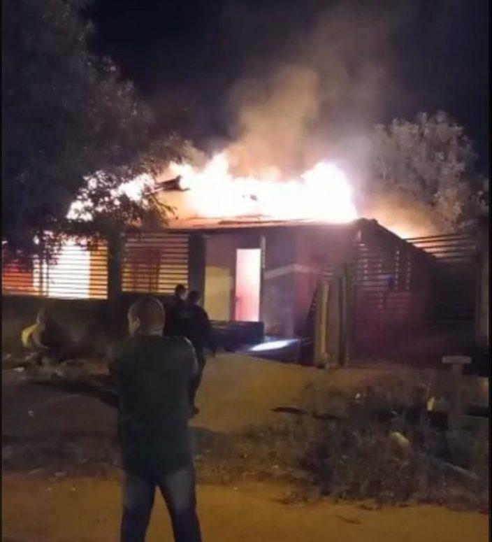 Incêndio deixa residência completamente destruída no setor 07, em Jaru
